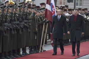 Vpravo prezident Lotyšska Raimonds Vejonis a vľavo prezident SR Andrej Kiska počas oficiálneho privítacieho ceremoniálu na Rížskom hrade v Rige.