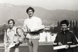 V roku 1981 Ján Tóth (v strede) vyhral Nitriansku hodinovku výkonom 18 101 m. Ten neskôr o 4 metre vylepšil jeho zverenec Vlado Mihalička. Tento výkon sa nedávno neúspešne pokúšal prekonať elitný slovenský vytrvalec Gabriel Švajda.