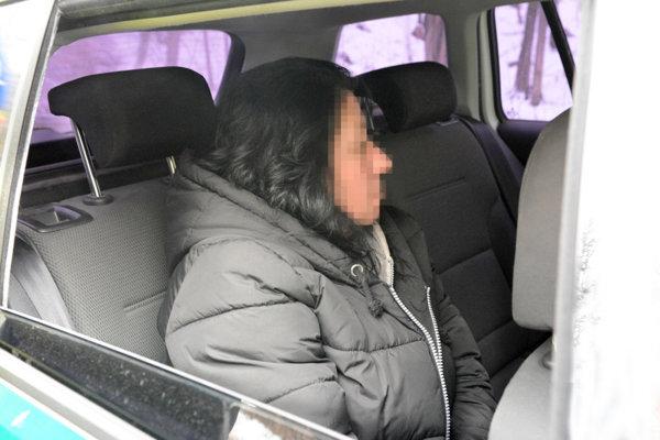 Júlia K. v policajnom aute krátko po nehode.
