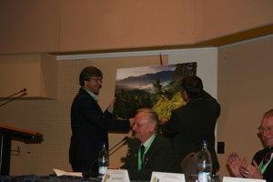 Riaditeľ Správy národného parku Slovenský raj Tomáš Dražil odovzdáva dal Pavlovi Fabiánovi