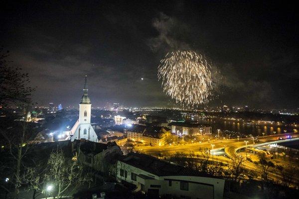 Mesto Bratislava upozorňuje, že podľa jeho všeobecne záväzného nariadenia o pyrotechnike je prísne zakázané akékoľvek používanie voľne dostupnej pyrotechniky.