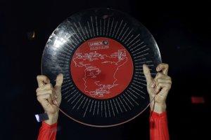 Trofej pre víťaza Vuelty 2018 v rukách Simona Yatesa.
