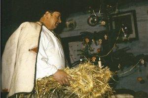 Jeden zo zvykov - otec prináša slamu do vianočnej izby.
