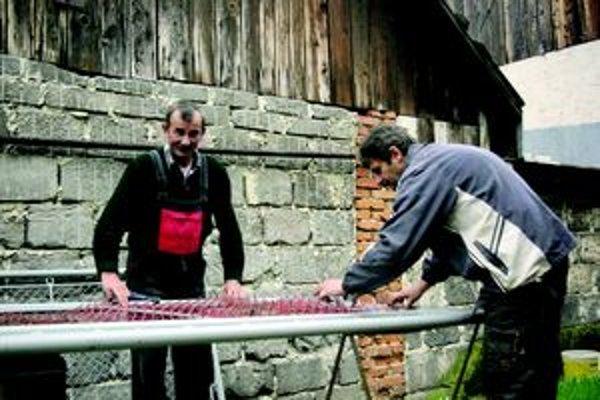 Najprv práca, potom štamprlík. Cyril (vľavo) s Jančim pri opletaní brány.