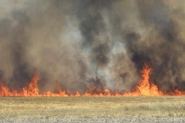 Prácu komplikuje nedostupný terén, hasiči hľadajú lepšiu cestu.