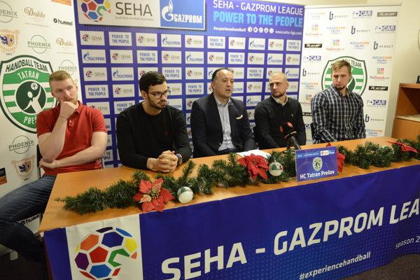 Početná prešovská enkláva na tlačovej konferencii pred súbojom s Brestom. Zľava Carapkin, Cvitkovič, tréner Goluža, generálny manažér Benický a Čupryna.
