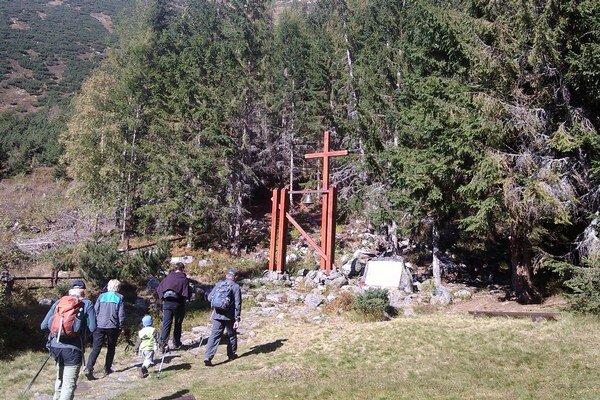 Obete horských nešťastí si uctili aj na symbolickom cintoríne vŽiarskej doline. VZápadných Tatrách tento rok zomreli dvaja ľudia. ZBaníkova spadla 44-ročná Poľka, 66-ročný Slovák zomrel vŽiarskej doline na infarkt.