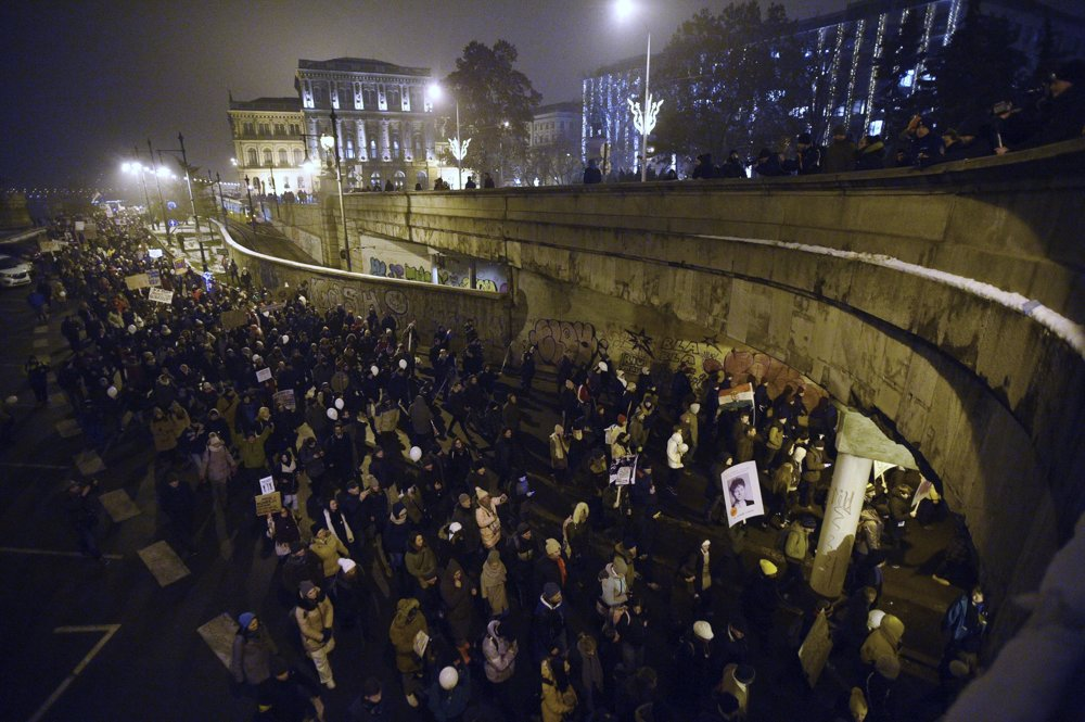 f730919e01bb Demonštranti prešli v Budapešti od budovy parlamentu cez Reťazový most k  sídlu hlavy štátu v Sándorovom paláci.