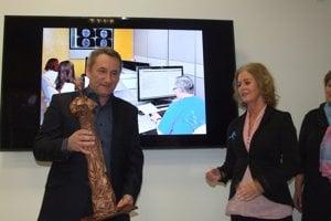 Konateľ centra Martin Halaj prevzal ocenenie od Evy Bacigalovej.