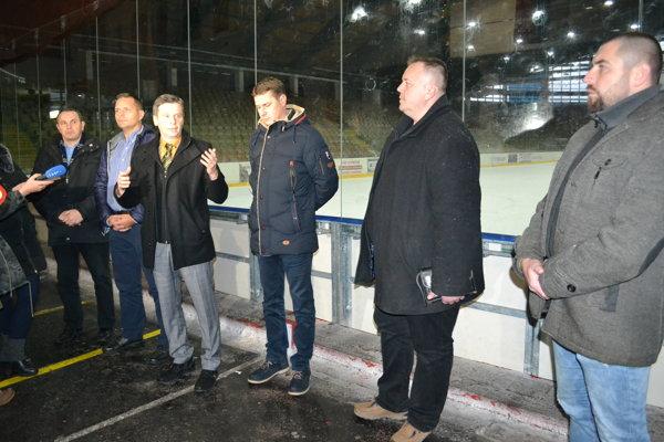 Pred rodičov a novinárov sa na zimnom štadióne postavil primátor Miloš Meričko.