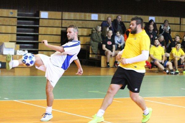 V rozhodujúcom zápase turnaja Synergos porazil MY noviny 3:2. Na snímke Peter Ciglan a Vladimír Civáň.
