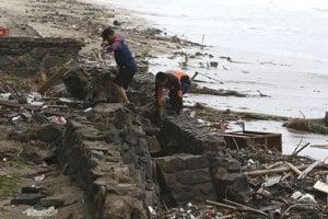 Cunami zasiahla v sobotu pláže v oblasti Sundského prielivu v Indonézii.