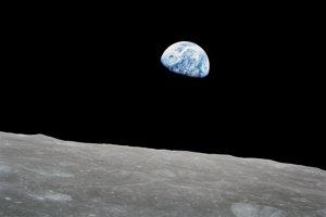 Zem vychádza ponad horizont Mesiaca na fotografii, ktorú urobil astronaut Bill Anders 24. decembra 1968, keď misia Apollo 8 vstúpila na lunárnu obežnú dráhu.