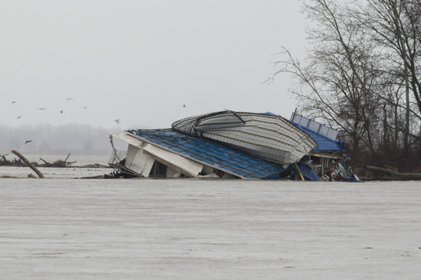 Potopená reštaurácia Knajpa na Dunaji pri Jaroveckom ramene.