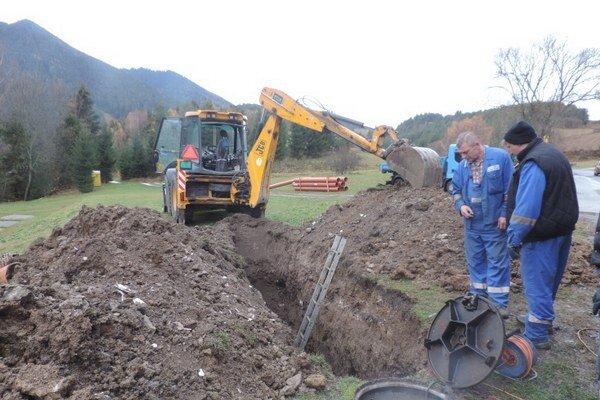 Nová vetva kanalizácie bude obec stáť 70-tisíc eur. Práce na nej potrvajú do konca roka.