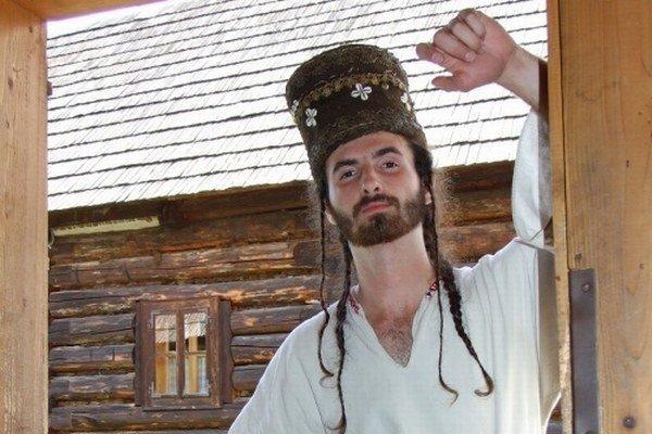 Jánošíkovu čiapku má v opatere Liptovské múzeum v Ružomberku, valaška je v Bratislave. Na fotografii s čiapkou Dominik Fínik z FS Liptov.