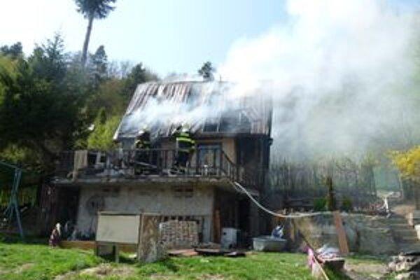 Chata zhorela, šesť ľudí zostalo bez strechy nad hlavou.