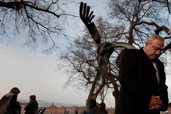 Na mieste vraždy Daniela Tupého na nábreží Dunaja stojí od roku 2006 pamätník obetiam rasizmu a neonacizmu. Pravidelne k nemu chodí aj Daniel Tupý starší.