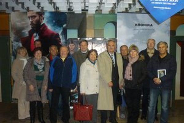 Členovia liptovskomikulášskeho klubu M. R. Štefánika a autor filmu Pavol Kanis (piaty sprava).