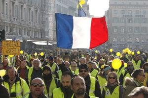 """Francúzske protesty """"žltých viest"""" pokračujú siedmy týždeň."""