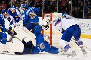 Slovák Andrej Kukuča sa snaží prekonať brankára Kazachstanu.
