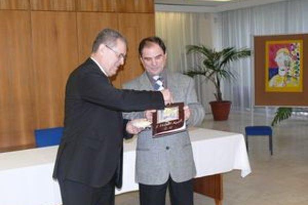Autor (vpravo) pokrstil druhú publikáciu o maliaroch.Pred rokom a pol sa podarili Milanovi Belásovi vydať podobnú publikáciu o Alojzovi Victorovi Fábrym, tiež rodákovi z Považskej Bystrice.