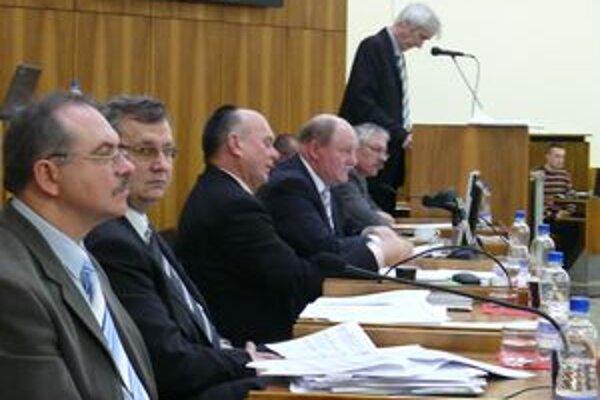 Primátor mesta Miroslav Adame (tretí sprava) počas rokovania o rozpočte mesta. Platnosť prijatého uznesenia pozastavil.
