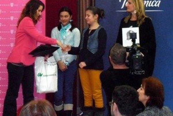 V strede fotografii Izabela Trepáčová a Ema Pavlíková preberajú ocenenie v Bratislave, vpravo Adela Banášová.