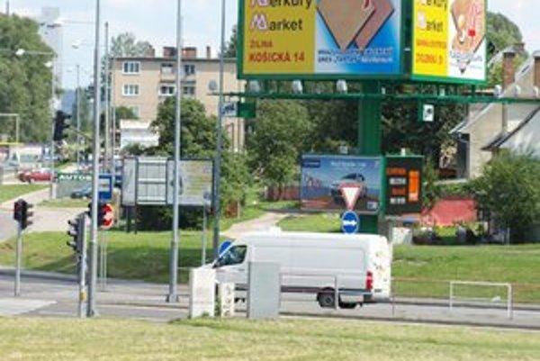 Okolie hlavných cestných ťahov, diaľnic či regionálnych ciest je reklamnými pútačmi doslova posiate.