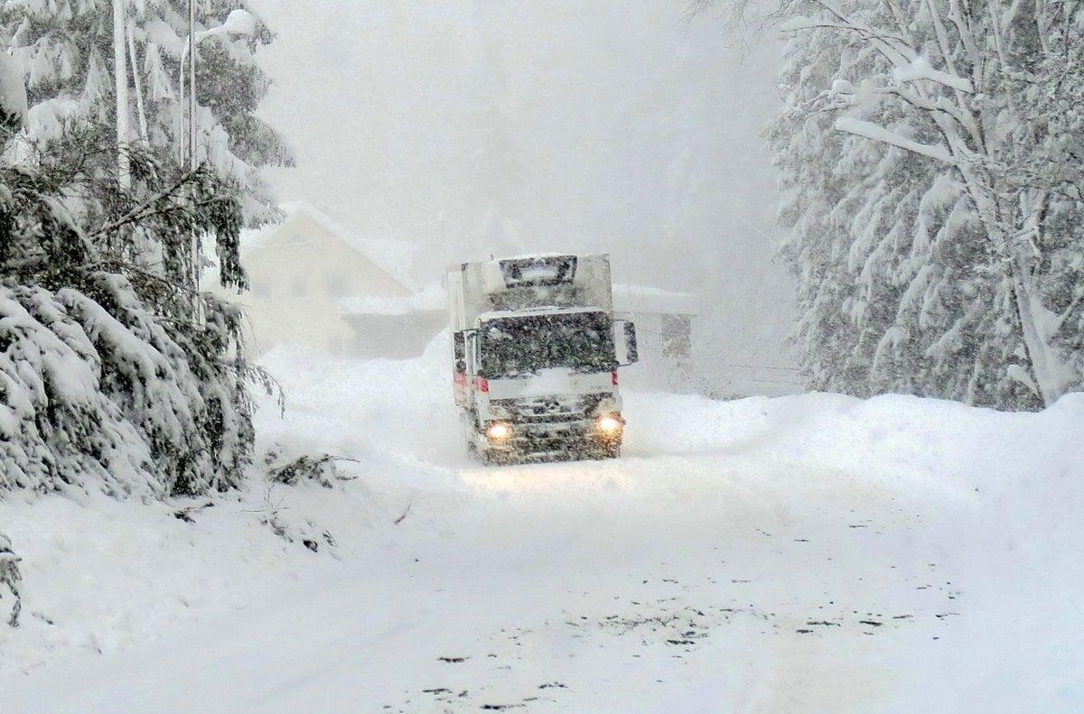 63b5a836f0 Takto vyzerala nimulotýždňová snehová kalamita na hlavne ceste 2. triedy v  Oravskej Lesnej.