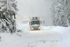 Takto vyzerala nimulotýždňová snehová kalamita na hlavne ceste 2. triedy v Oravskej Lesnej.