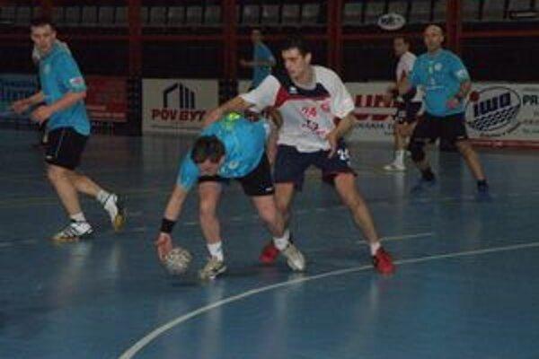 Adamčík (vpravo) prispel k výhre Pov. Bystrice nad N. Zámkami piatimi gólmi.