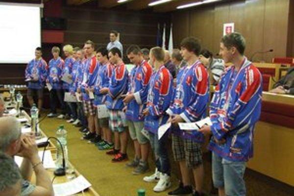 Hokejistou za úspech ocenil pamätnými plaketami a poďakoval aj primátor mesta Alexander Slafkovský.