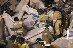 Po výbuchu plynu sa zrútila časť desaťposchodového bytového domu.