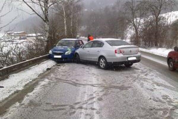 Vodič VW nezvládol riadenie a narazil do fábie. Tá skončila zatlačená do zvodidiel.