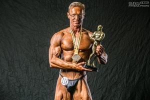 Peter Winkler s trofejou pre európskeho šampióna.