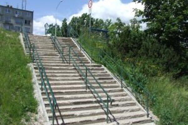 Lávky sa ľudia tak skoro nedočkajú, zatiaľ sa musia uspokojiť s lacnejším riešením, ktorým zrejme bude bezbariérový prístup z existujúceho mosta namiesto súčasných schodov.
