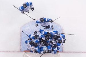 Hokejisti Fínska oslavujú víťazstvo.