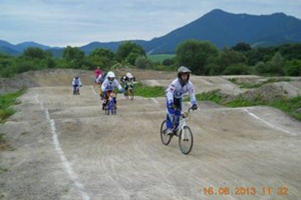 Dráha bola výborne pripravená, veľmi rýchla, a tak po tréningoch, príprave rozpisov sa mohlo začať s pretekaním.