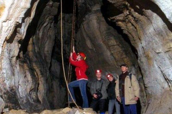 Pravú jaskynnú atmosféru návštevníci zažijú v Stanišovskej jaskyni, v ktorej nie sú chodníky ani osvetlenie.