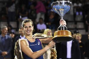 Julia Görgesová s trofejou.