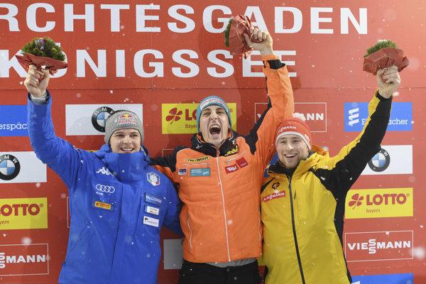 Zľava Dominik Fischnaller, víťaz Reinhard Egger a tretí Sebastian Bley.
