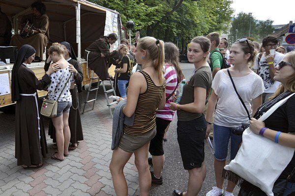 Počas sprievodného podujatia EXPO sa v parku na Námestí Andreja Hlinku predstavili rôzne druhy aktivít rehoľných spoločenstiev, hnutí a aj sekulárnych inštitútov.