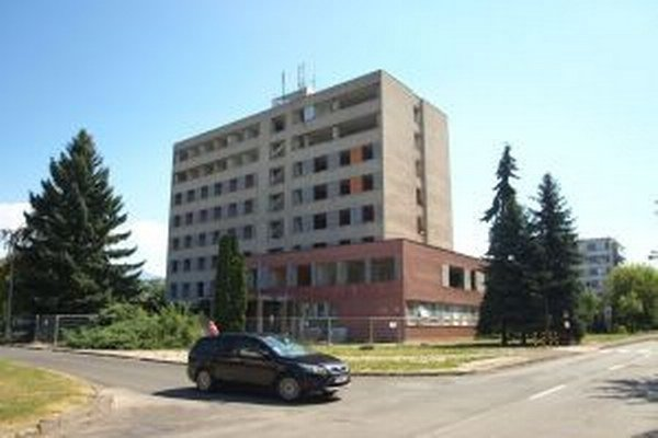 Bývalú vojenskú ubytovňu prerábajú na byty. V budove vznikne bývanie takmer v centre mesta v príjemnom tichom prostredí.