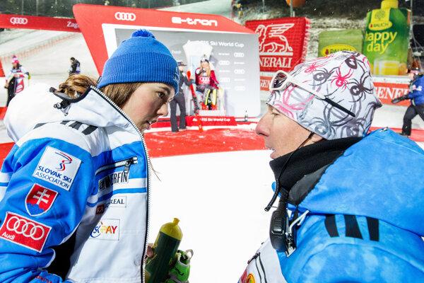 Petra Vlhová (vľavo) a jej tréner Livio Magoni po slalome Svetového pohára v chorvátskom Záhrebe.