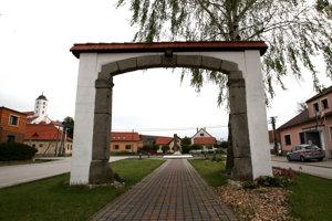Jednu z kamenných brán Dobrá Niva odkúpila a zrekonštruovanú osadila na obecnom námestí.