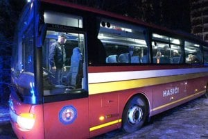 Na mieste bol aj evakuačný autobus.