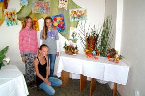 Najšikovnejšie mladé aranžérky: Lenka Mikušová, Zuzana Urbanová, Alexa Kamhalová.