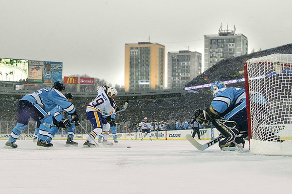 Košickí hokejisti odohrali zápas pod holým nebom s tímom Montreal Canadiens. V bielom drese Ladislav Nagy tesne pred vyrovnávajúcim gólom.