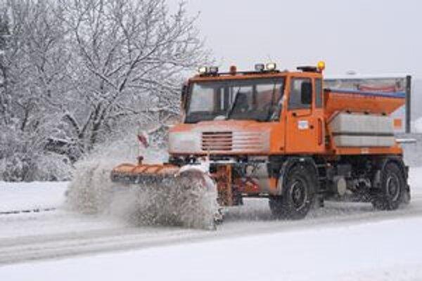 Na krajských cestách robilo od rána údržbu 48 vozidiel.